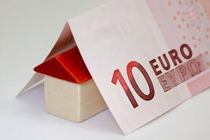 Image de una casita bajo un billete de 10 €