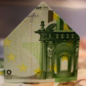 Fotografía de un billete en forma de casa