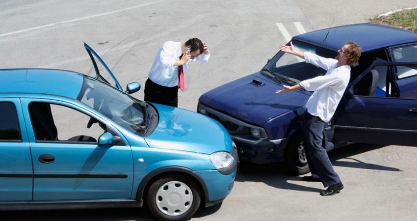accidente de tráfico dos coches enfrentados y dos personas gesticulando
