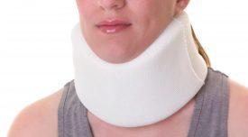 Mujer con un collar cervical por un accidente de tráfico